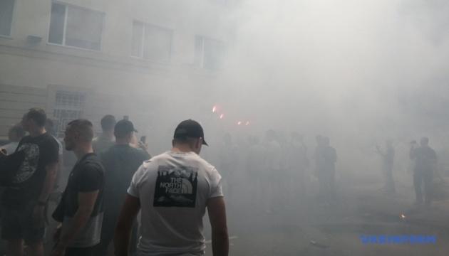 """Будівлю поліції Херсонщини закидали петардами та повісили табличку """"вулиця Гандзюк"""""""