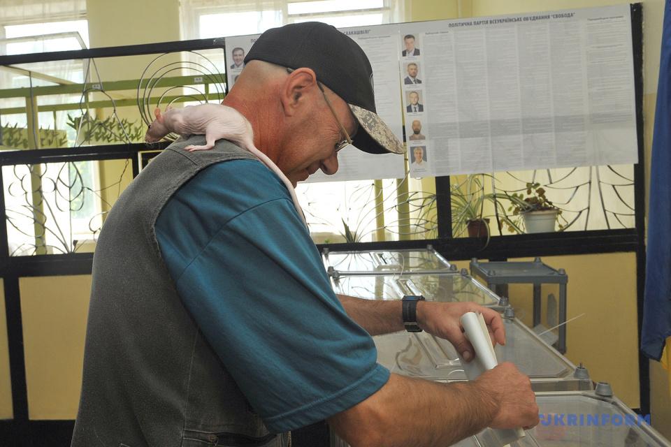 A man in Severodonetsk casts a ballot in Ukraine's snap parliamentary elections / Photo: Oleksiy Kovaliov, Ukrinform