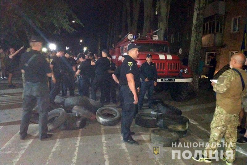 На вулиці активісти підносили шини
