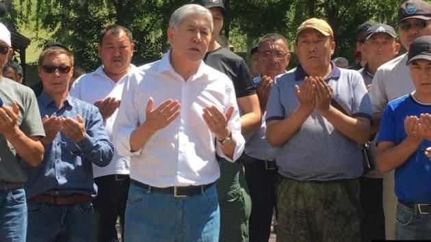 Алмазбек Атамбаев со своими сторонниками