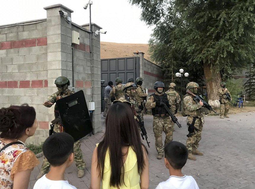 Спецназ біля будинку експрезидента Киргизстану Атамбаєва
