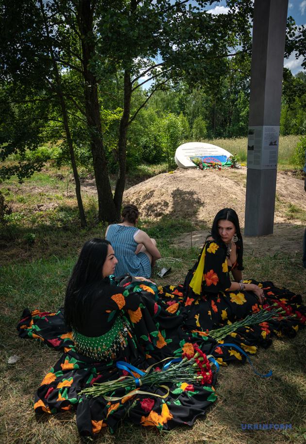 На околиці села Калинівка (до 1960 року Голиш)в 1941 році німці вбили 32 ромів. За свідченнями місцевих жителів, ромів закрили в амбарі та підпалили. Тих, хто намагався втекти, розстрілювали. Серед убитих були й діти.