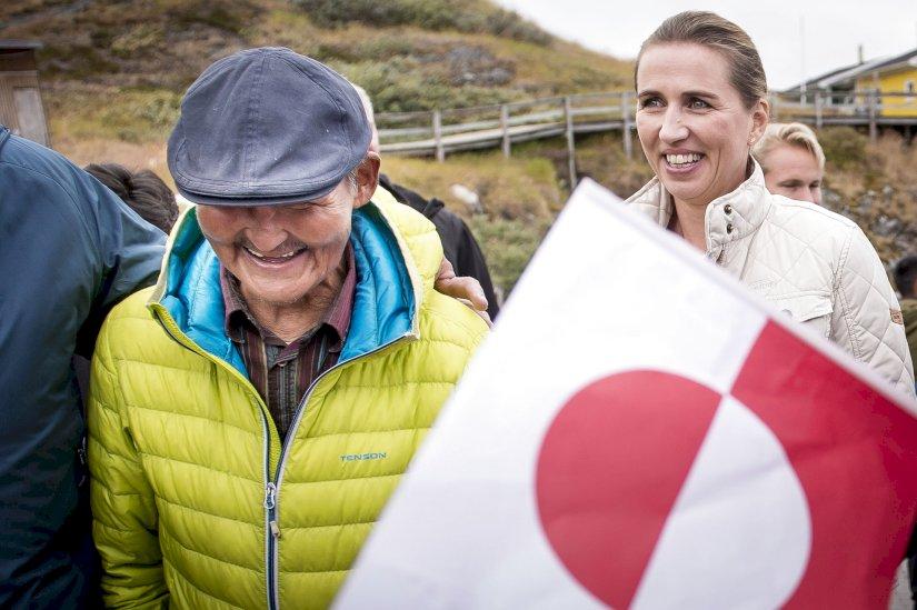 Метте Фредеріксен з місцевими жиителями на Гренландії
