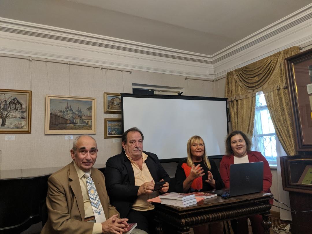 Зліва направо: Сергій Борщевський, Хорхе Баланда, Елена Летісія Тереса Мікусінські та перекладачка