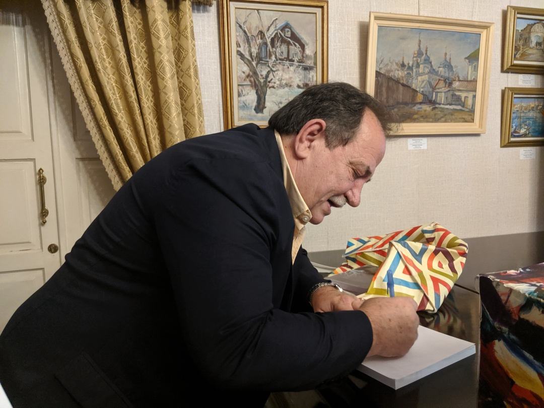Хорхе Баланда підписує книгу