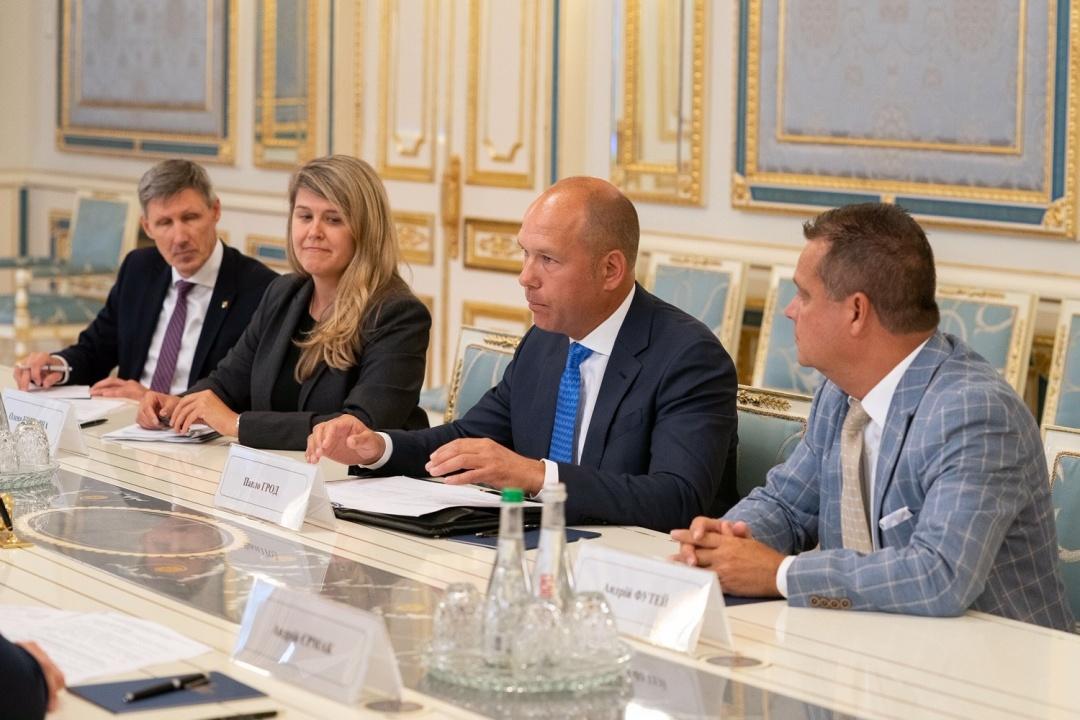 Зліва направо: директор представництва СКУ в Україні Сергій Касянчук, віцепрезидент СКУ О. Кошарна,