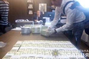 Dwóch urzędników zostało pojmanych na rekordowej łapówce w wysokości 1,5 miliona dolarów WIDEO