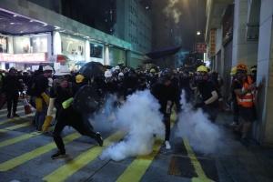 Протести в Гонконгу: поліція погрожує застосувати вогнепальну зброю