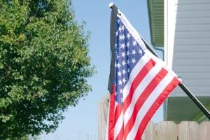 У п'ятницю у Штатах по всій країні приспустили державні прапори