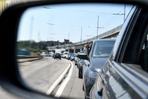 На плотине ДнепроГЭС закрыли две полосы — в пробке стоят сотни авто