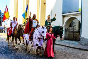 8月25日、ルーツィク市で中世の祭典「公国の宴」が開催