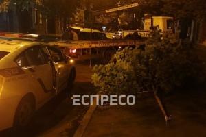 ДТП в столице: внедорожник вылетел на тротуар и протаранил дерево