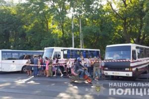 Постояльців згорілого готелю розмістили в автобусах