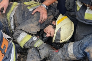 В Днипре из-за пожара обрушилась крыша здания, травмированы трое спасателей