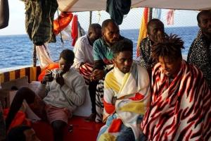 """Детям с """"мигрантского"""" корабля у берегов Италии разрешили покидать судно"""