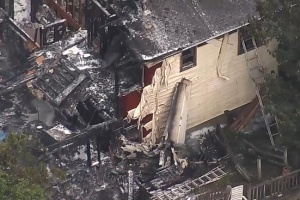 В штаті Нью-Йорк невеликий літак впав на будинок, є жертви