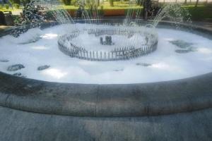 У сквері на Сагайдачного вандали залили мильний розчин у фонтан