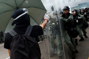 Поліція Гонконгу вперше застосувала водомети до протестувальників