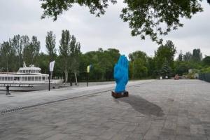 "Скульптура ""синя рука"" переїхала з Києва до Миколаєва"