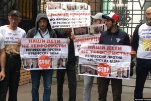 Ще сімох кримських татар оштрафували за пікет біля Верховного суду РФ