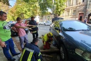 У Дніпрі під автівкою провалився асфальт