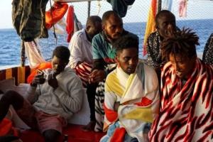В Италии после трех недель ожидания сошли на берег более 80 мигрантов