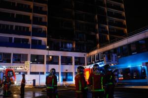 В результате пожара в больнице под Парижем один человек погиб и восемь пострадали