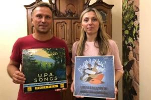 Українці Австралії передали колекцію популярних в діаспорі пісень до Музею Революції Гідності