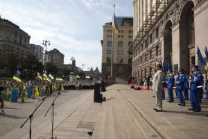 Возле столичной мэрии подняли Государственный Флаг