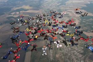 Уперше в Україні скайдайвери склали фігуру 100-way