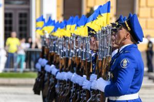 La Bandera Nacional de Ucrania es izada solemnemente en la Plaza de Sofía en Kyiv
