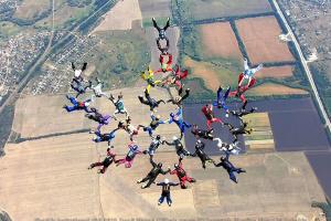 Парашютисты из 12 стран создали в воздухе над Харьковом украинский тризуб