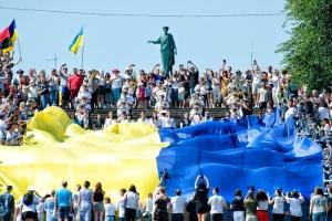 В Одессе на Потемкинской лестнице развернули 28-метровый флаг Украины