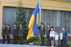 Государственный Флаг в Чернигове подняли военные и дети погибших бойцов