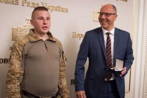 Парубий наградил ветеранов АТО и волонтеров по случаю Дня Независимости