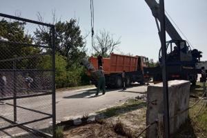 В Станице Луганской возле моста вырубают аварийные деревья