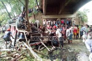 В Бангладеш автобус упал с моста, есть погибшие