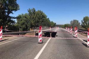 """Перегруженная фура """"обвалила"""" мост возле Харькова - Укравтодор"""