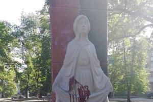 Под Житомиром вандалы облили красной краской памятник защитникам Украины