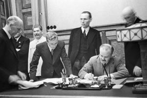 МЗС Росії виправдовує пакт Молотова-Ріббентропа
