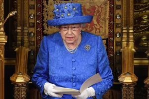 Єлизавета II з'явилася на публіці вперше після оголошення карантину