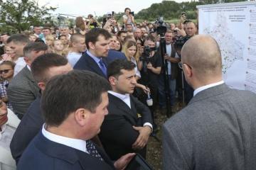 Zelensky insta a los parlamentarios mayoritarios a ayudar con fondos para la construcción de carreteras