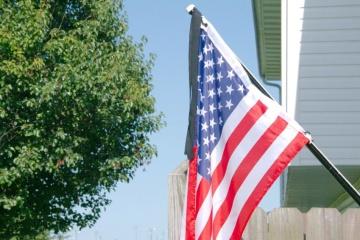 В пятницу в Штатах по всей стране приспустили государственные флаги