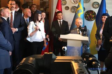 Zelensky promete a los tártaros de Crimea simplificar el procedimiento para visitar Crimea