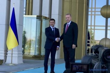 Zelensky invita a Turquía a reconstruir la infraestructura de Donbás