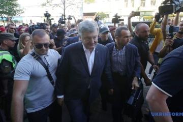 Porochenko arrive au Bureau d'investigations d'État pour un interrogatoire