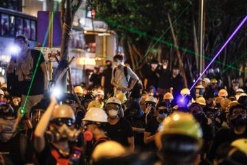 В Гонконге массовая акция в метро закончилась столкновениями