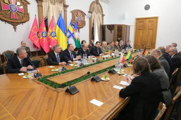 Poltorak und Chomtschak treffen sich mit strategischen NATO-Beratern
