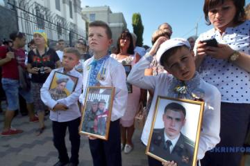 Ilovaisk tragedy anniversary: Relatives of fallen servicemen picketing Russian embassy in Kyiv. Photos