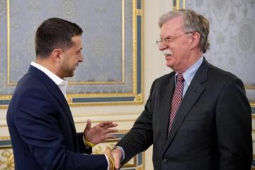 """Zełenski – Bolton - Ukraina z zadowoleniem przyjęłaby przystąpienie USA do """"formatu normańskiego""""  ZDJĘCIE"""